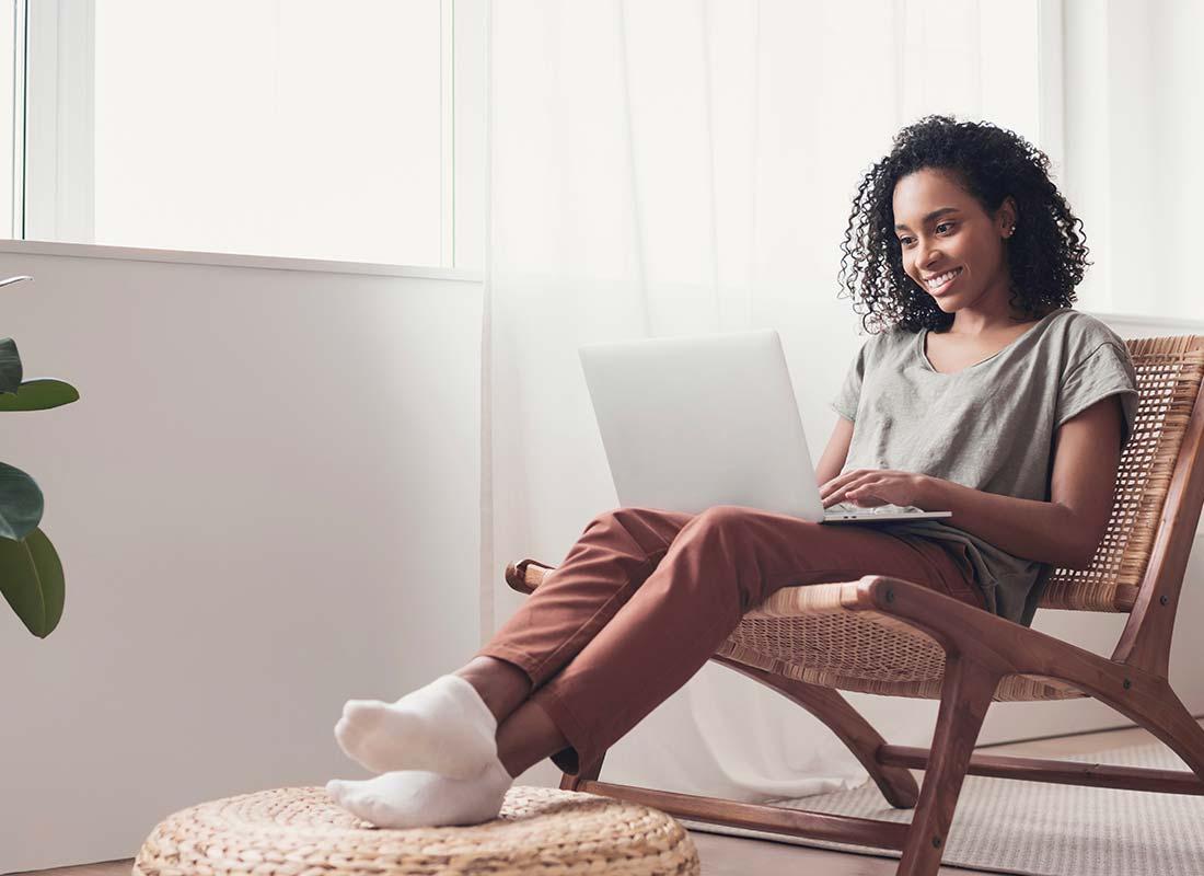 Une femme sur son ordinateur fait une demande de femme de ménage sur Yoojo