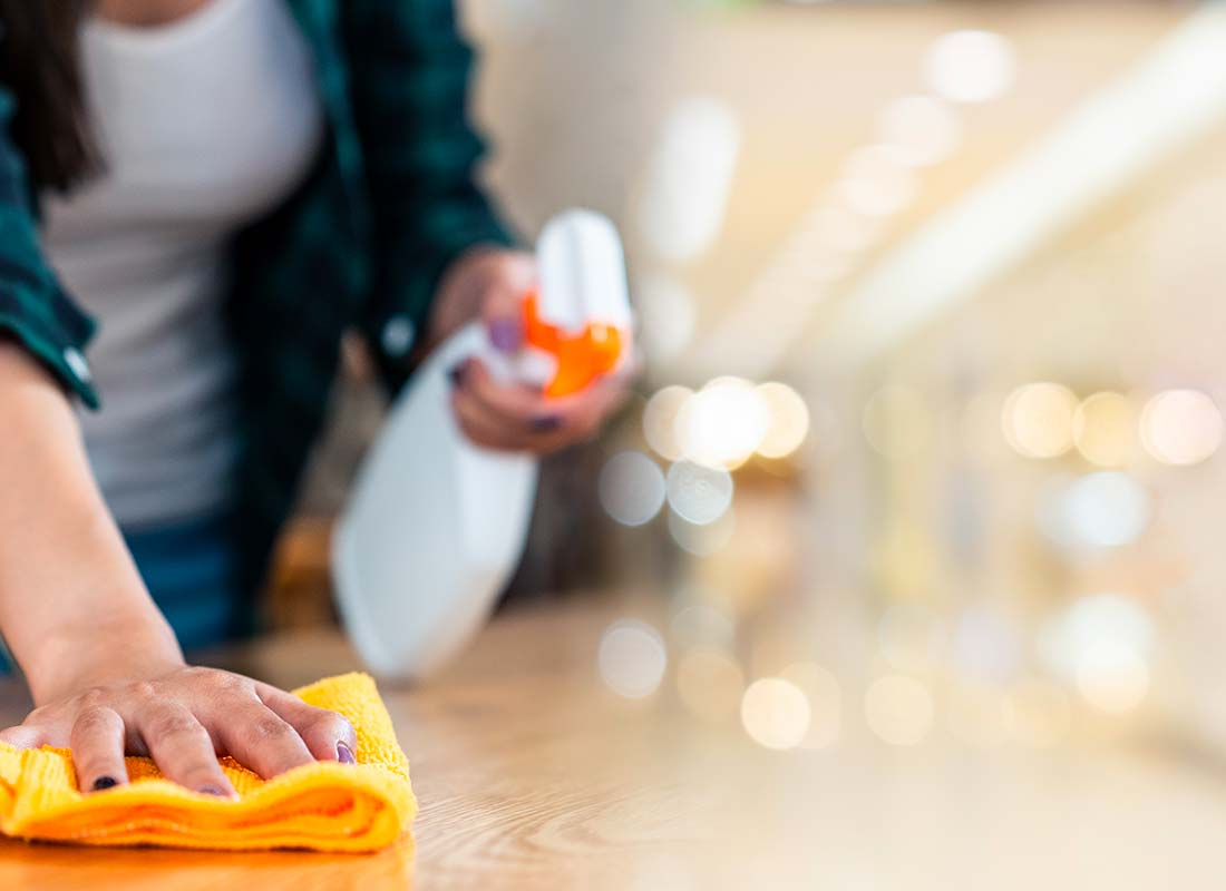 Une femme réalise une première prestation de ménage chez un client