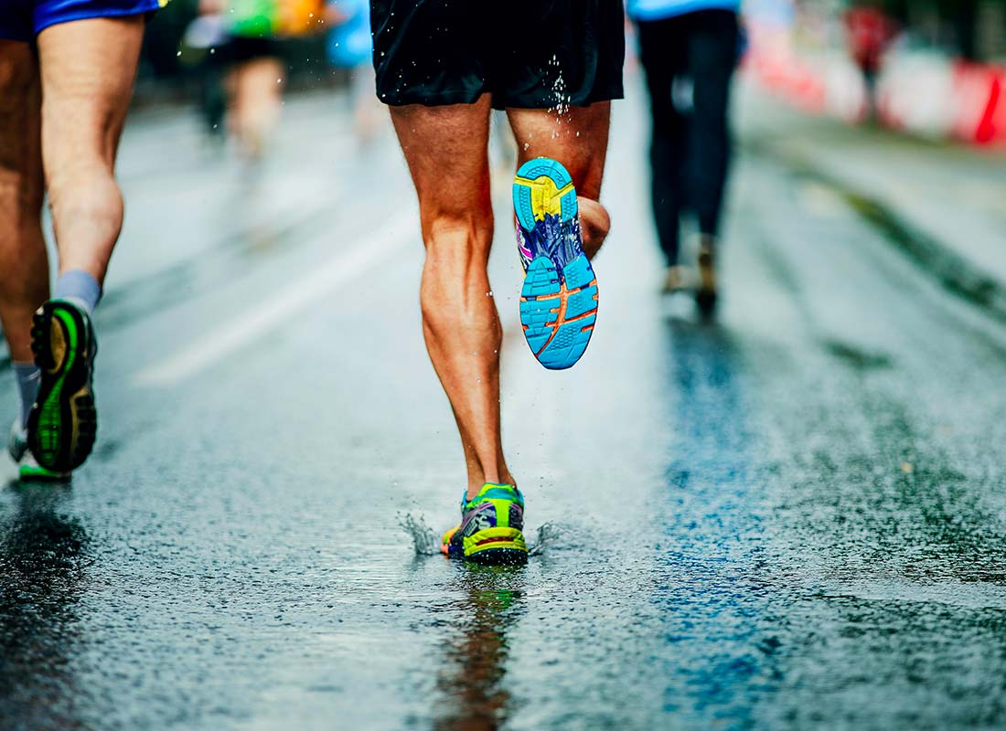 Un homme fait un marathon
