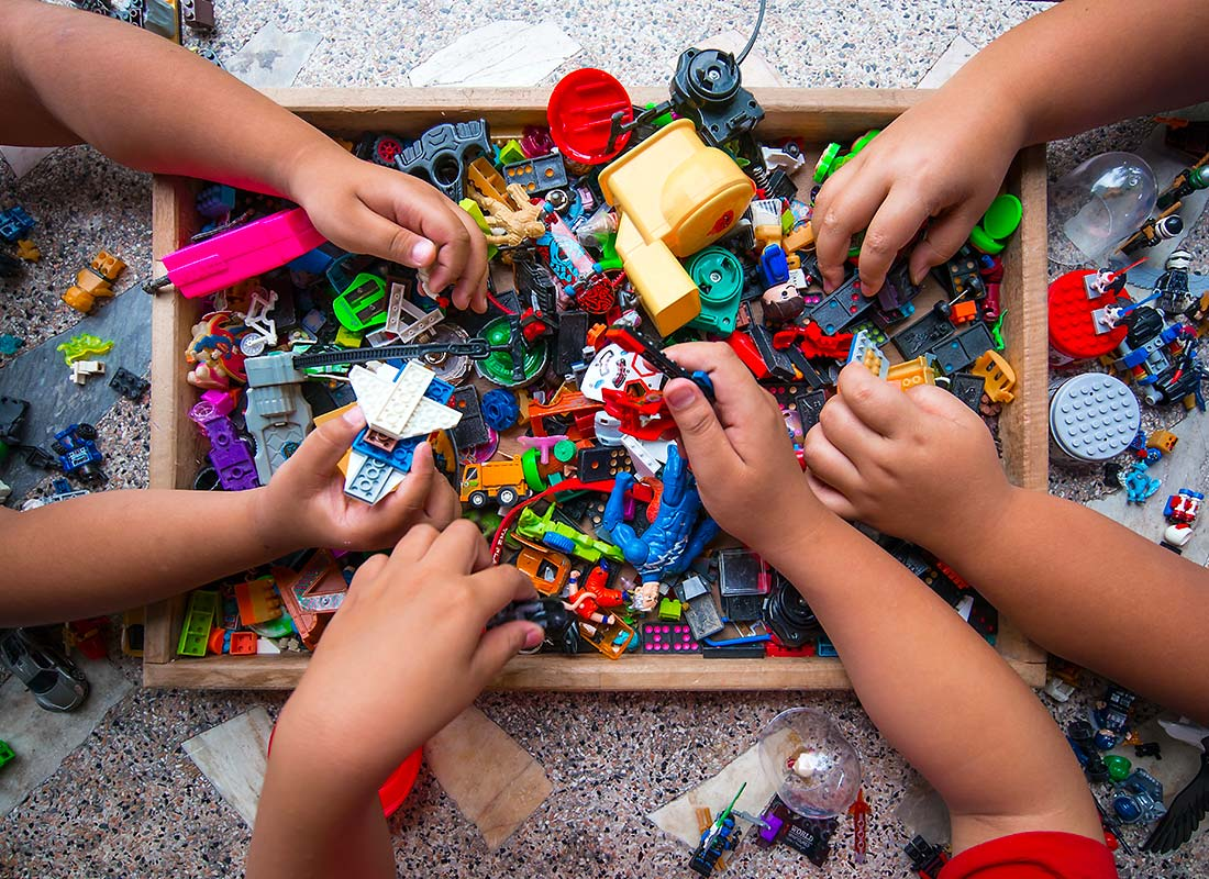 Une famile en train de faire des Legos