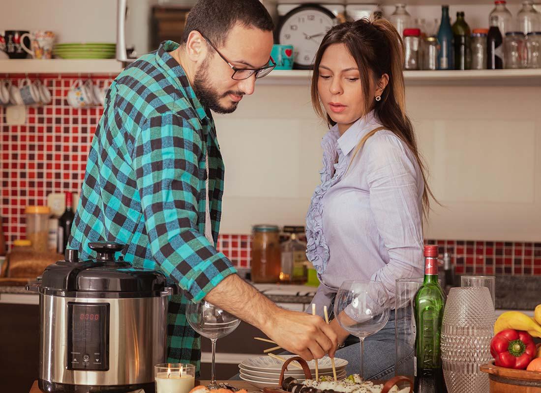Un couple apprend à faire des sushis