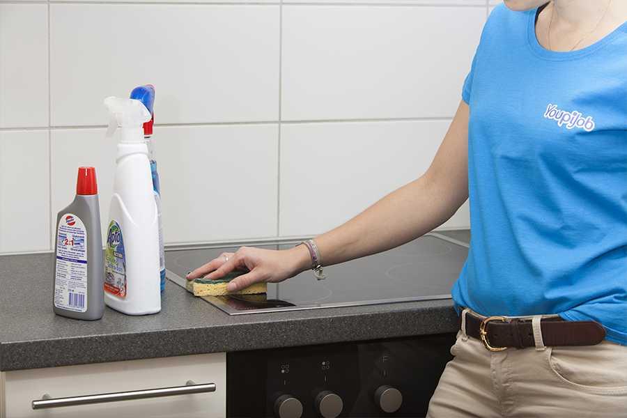 Femme de ménage qui effectue un ménage à domicile