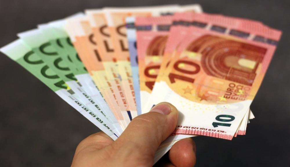 Des euros donnés à une femme de ménage