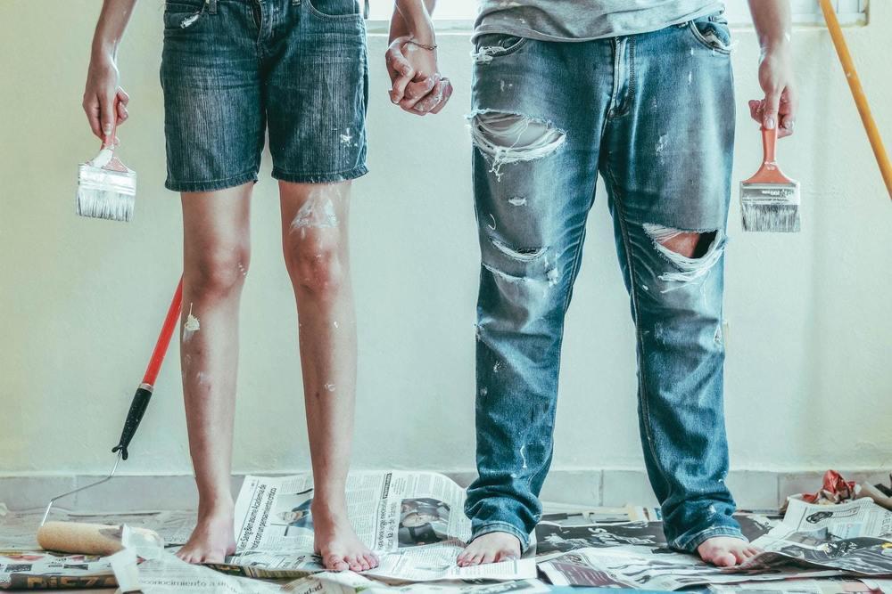 Un couple prêt à peindre un mur