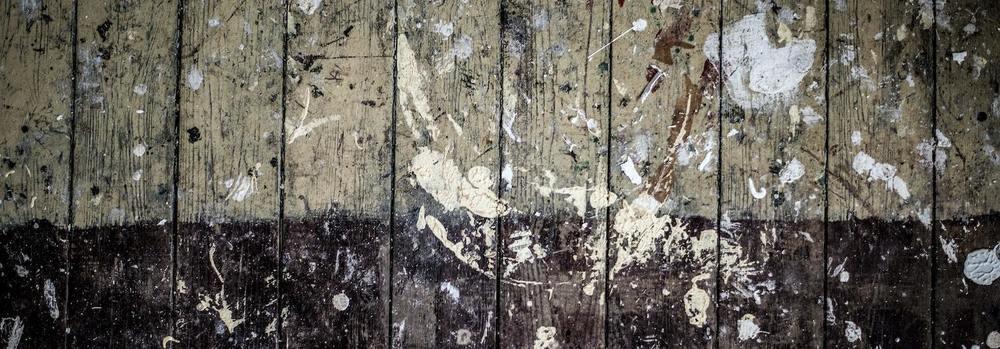 Un mur avec plein de taches