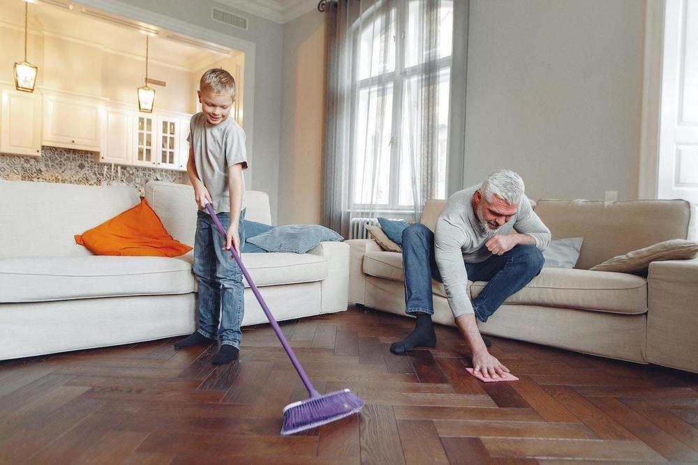 une famille fait le ménage