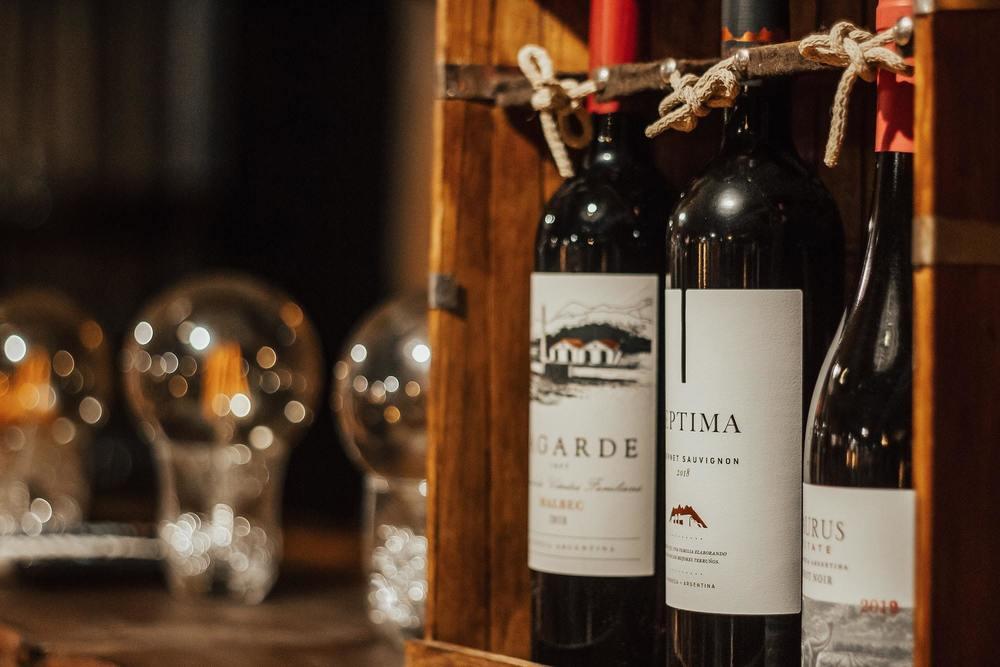 Une caisse de vin avec des bouteilles