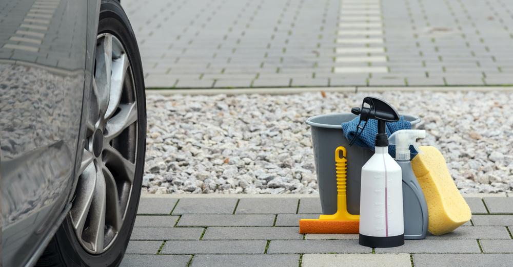 Des produits et équipement nécessaire pour nettoyer un siège de voiture