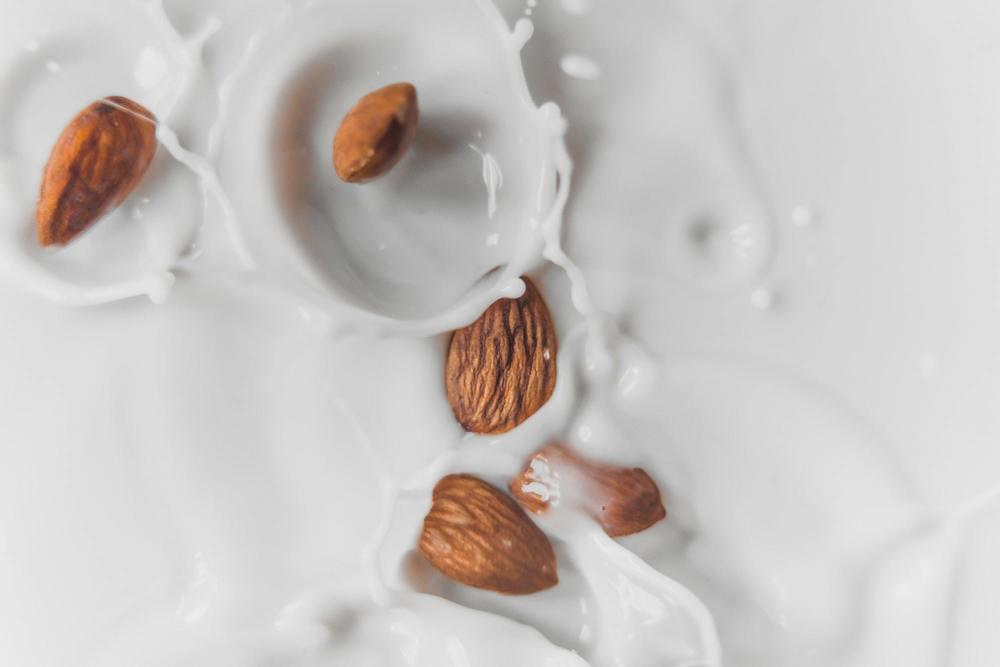 Des amandes dans du lait