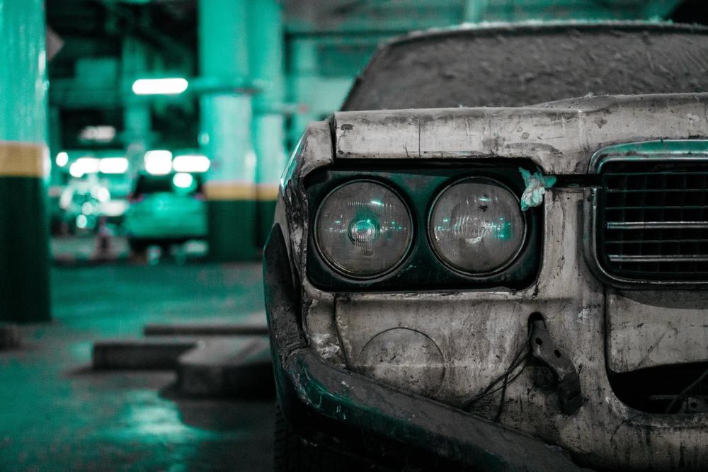 une voiture abandonée pleine de moisi