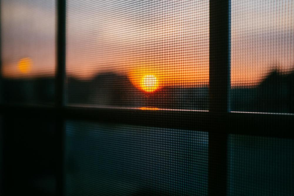 Une moustiquaire pour fenêtre en DIY