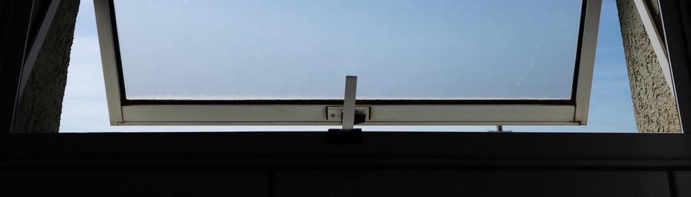 Une fenêtre de salle de bain ouverte