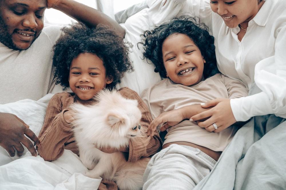 Une famille avec des animaux de compagnie