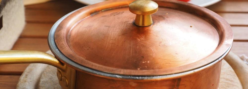 Une casserole en cuivre