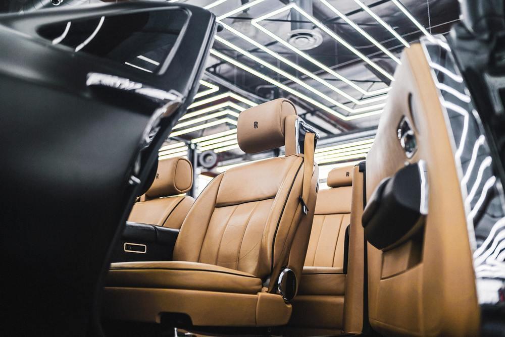 Des siège de voiture en cuir tout propre