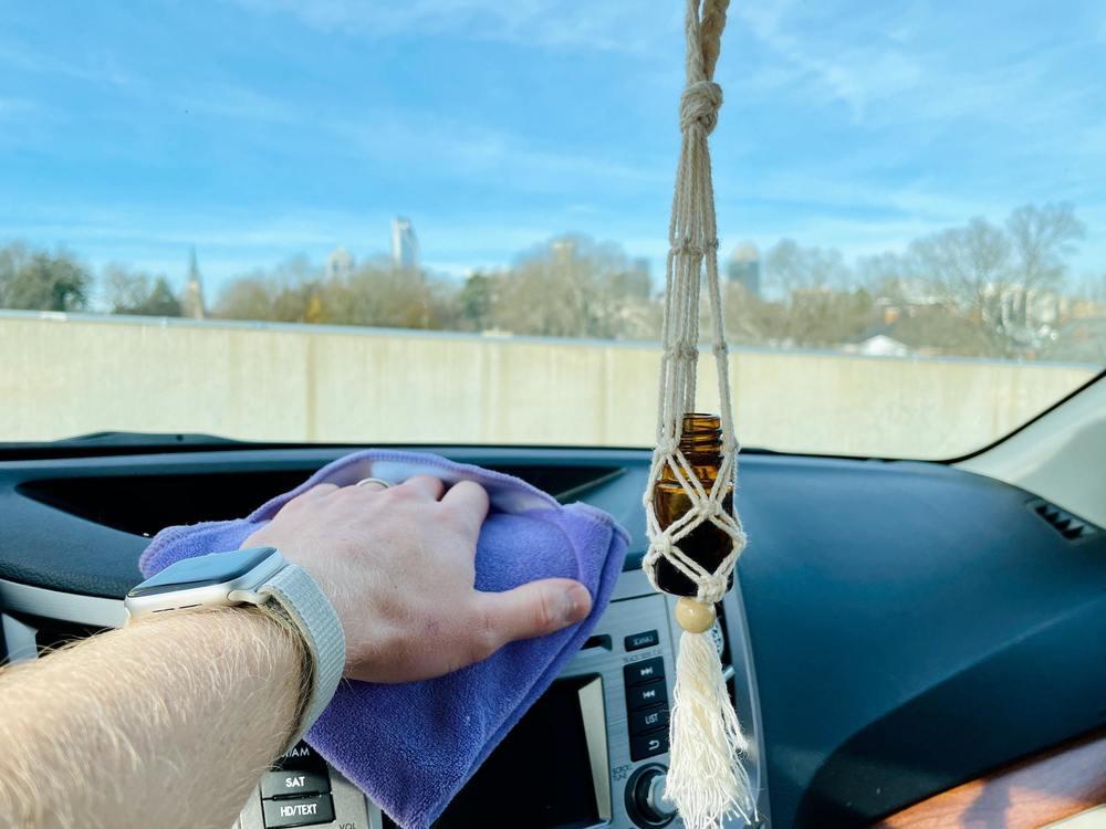 nettoyer les plastiques d'une voiture avec un torchon microfibre