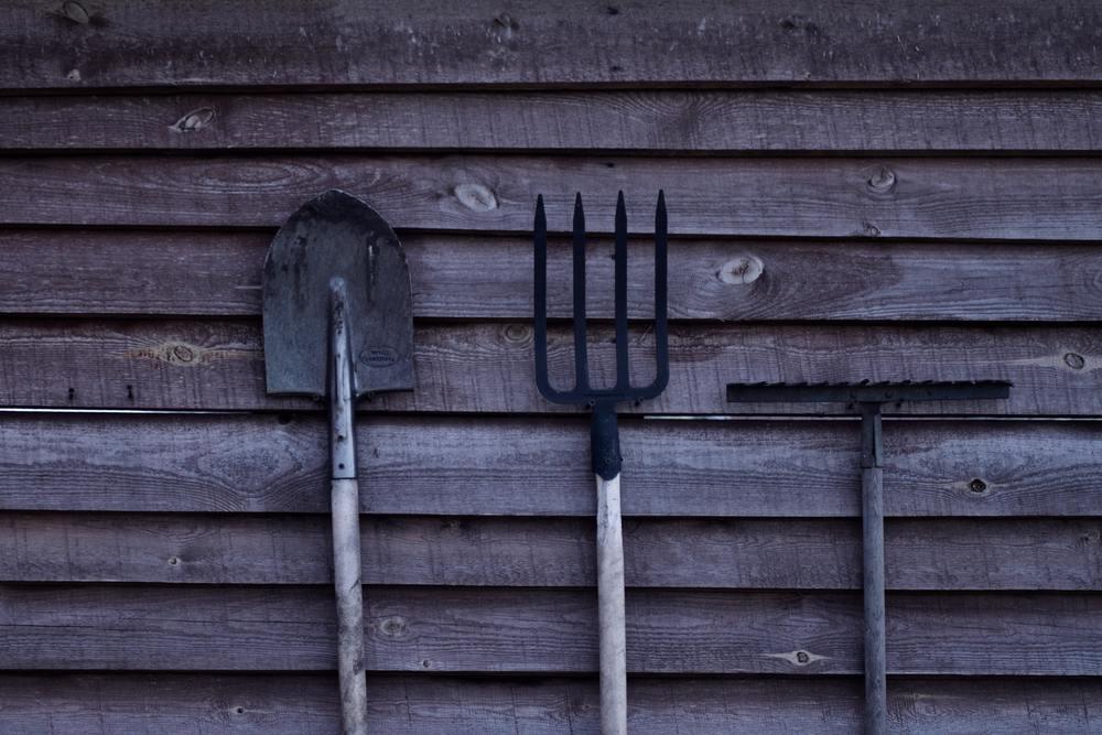 des outils pour retourner la terre : bêche, fourche et louchet