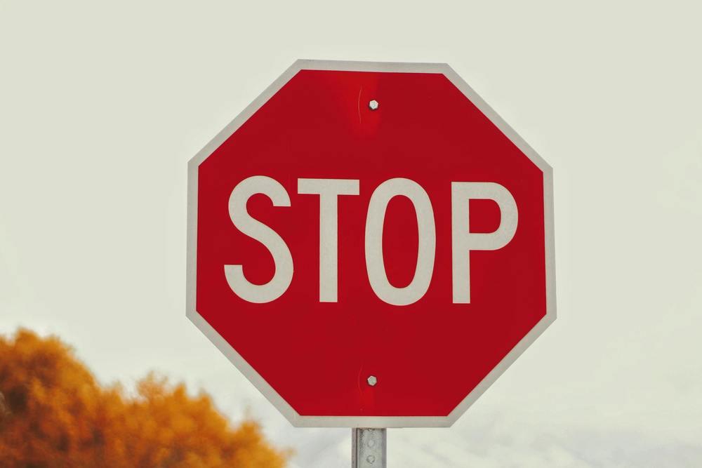 Attention, un panneau stop