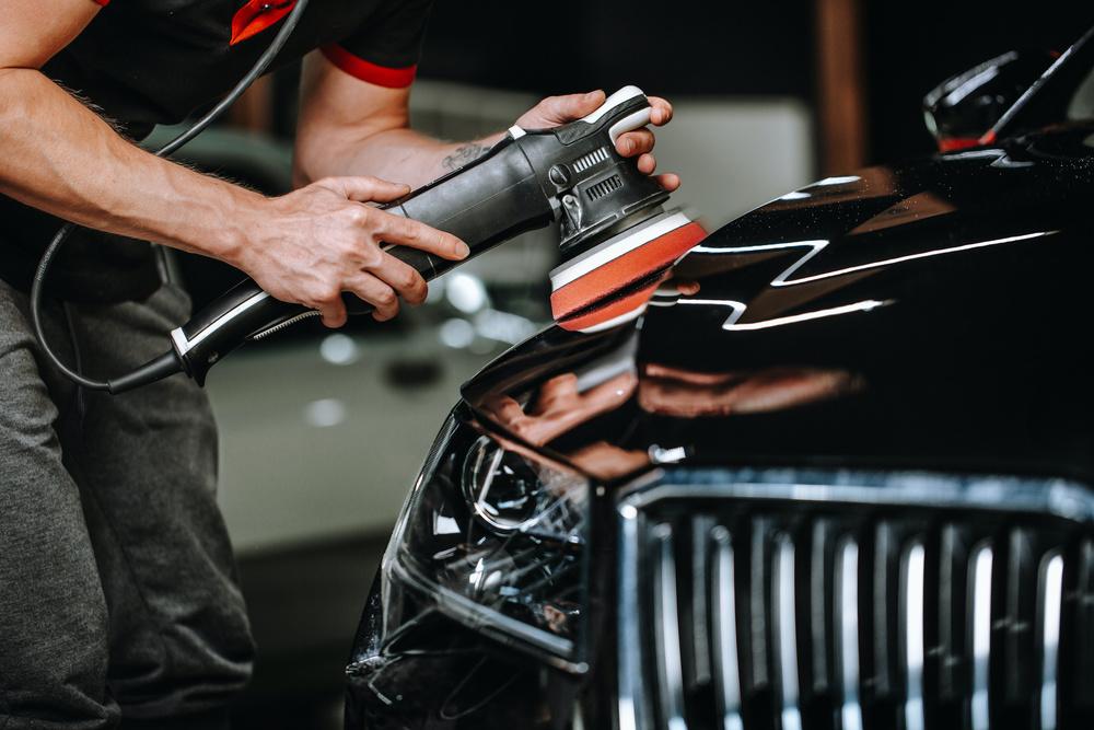 Un homme en train de polir sa voiture