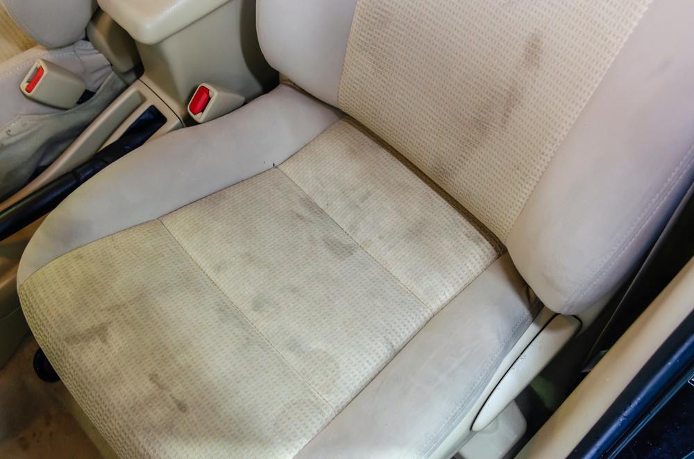 Un siège de voiture plein de taches