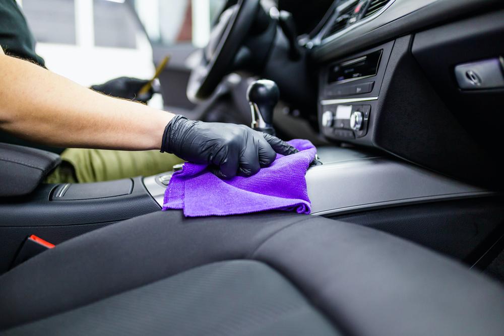Un tissu microfibre pour dépoussiérer le cuir de voiture